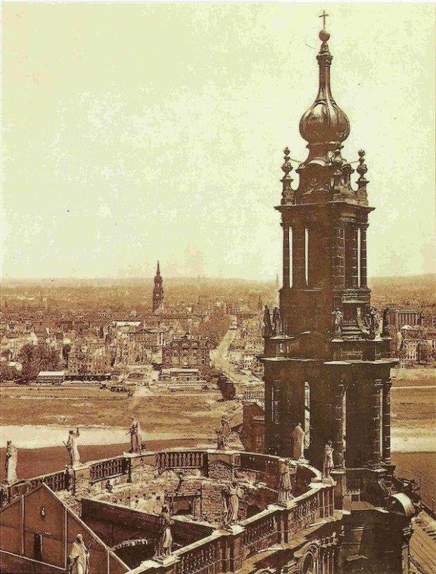 katholischen Hofkirche nach der Zerstörung