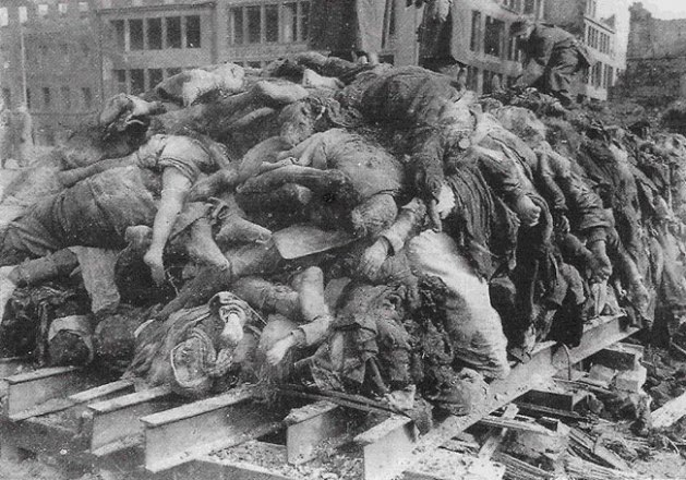 Leichenverbrennung auf dem Altmarkt 1945