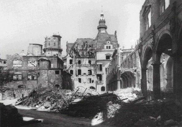 Stallhof nach der Zerstörung