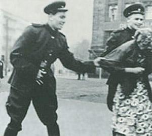 Ham'se mal die Uhrzeit? Eine typische Straßenszene im sowjetisch befreiten deutschen Osten im Frühjahr 1945. Die russischen Soldaten tragen Ausgehuniformen, waren also keine Kampftruppen.