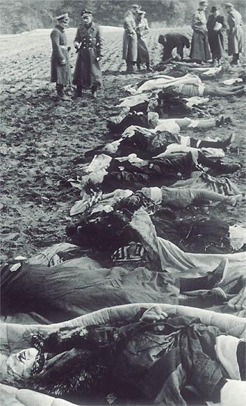 """Nemmersdorf Die sowjetischen Besatzer versäumten es am Kriegsende, aussagekräftige Fotos ihrer Befreiungstaten zu hinterlassen. Es gibt sie also meist nur in Fällen, wo besetztes Reichsgebiet zeitweise wieder zurückerobert werden konnte. Etwa hier im Raum Nemmersdorf/Ostpreußen, wo im Oktober 1944 die Einwohner innerhalb von 48 Stunden sowjetischer Befreiung von ihrer Habe und mehr als 70 von der Last ihres Lebens befreit wurden. Zwei Frauen fand man beim Gasthaus """"Roter Krug"""" in Gumbinnen an Scheunentore gekreuzigt angenagelt. Spätestens ab solchen Funden schwanden in der Öffentlichkeit eventuelle Unklarheiten darüber, was von solchen Befreiern zu erwarten war. Der auch unter Mitwirkung internationaler Beobachter erstellte Untersuchungsbericht der Wehrmacht-Untersuchungsstelle fiel im weiteren Kriegsverlauf in sowjetische Hände und ist seitdem verschwunden."""
