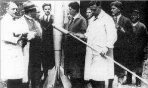 Heute ist Hermann Oberth (Mitte, im weißen Mantel) außerhalb wissenschaftlicher Kreise fast vergessen, obwohl er der Pionier der deutschen (und damit der weltweiten) Raumfahrtbewegung war. Dieses Foto wurde am 23.7.1930 in Berlin gemacht, kurz bevor Oberth seinen Raketenmotor vorführte. Links neben der Rakete steht der junge Wernher von Braun. Er war später in Peenemünde verantwortlich für Entwicklung und Bau von Deutschlands ballistischen Raketen im Zweiten Weltkrieg. In den frühen Jahren des Dritten Reiches befand sich die Raketenforschung noch in Kummersdorf. Nach seinem dortigen Besuch im September 1933 gestand Hitler den dortigen Wissenschaftlern mehr Forschungsmittel zu als diese erhofft hatten.