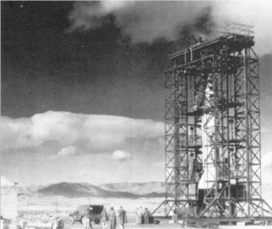 Aufnahme einer erbeuteten deutschen A-4/V-2 Rakete aus dem Jahr 1947. Im Rahmen des frühen US-Raketenprogramms wird dieses Beutestück gerade für den Start vorbereitet.