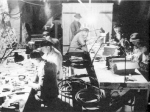 Deutsche Techniker arbeiten in einer unterirdischen Fabrik an der Verbesserung der Raketentechnologie.