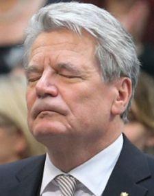 Der BRD-Gauckler kämpft für Satan gegen Präsident Putin. Er will, dass Russland die Kinderzerstörung durch Schwulenpraktiken in der Öffentlichkeit wieder zulässt.