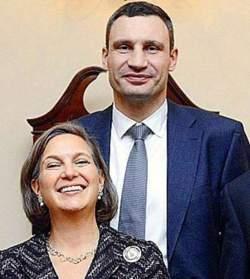 Vitali Klitschko mit seiner jüdischen Förderin Victoria Nudelman. Allerdings will sie ihn nicht in der neuen ukrainischen Regierung haben, dafür ist er ihr zu dumm. Sie will einen Juden ganz oben haben.