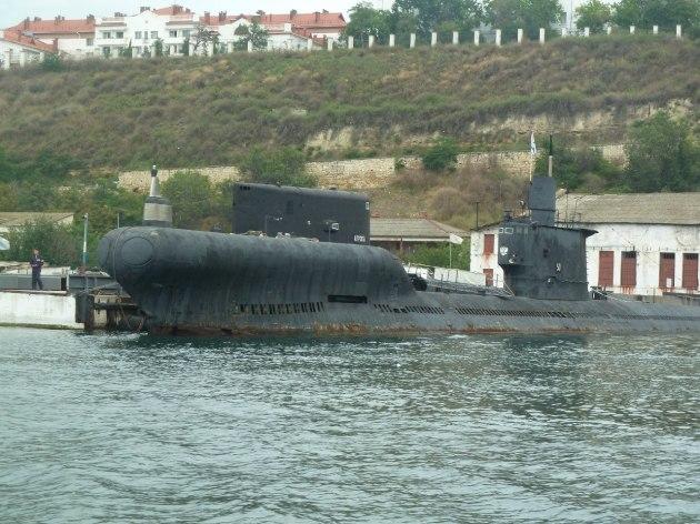 Ein Uboot, welches ausgemustert ist und zum verschrotten fertig gemacht wird.