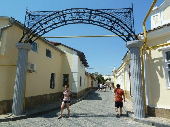 Yevpatoria, ein Blick in die Altstadt und die engen Straßen mit den niedrigen Häusern