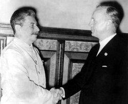 24. August 1939, Reichsaußenminister Joachim von Ribbentrop unterzeichnet in Moskau den Nichtangriffspakt zwischen dem Deutschen Reich und der Sowjetunion. Bild: Stalin gratuliert Außenminister von Ribbentrop