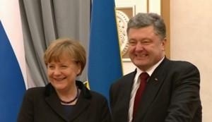 Aufgesetztes Grinsen des Staatschefs der Ukraine, Petro Poroschenko, während Merkel sich ihm fast an die Brust warf. Präsident Putin musste vor den Kameras beleidigend ignoriert werden, so der Auftrag aus Übersee. Das ganze Spektakel erinnert ein wenig an die Kriegsverschwörung gegen das Deutsche Reich im Zusammenhang mit der Sudetenland-Krise 1938.