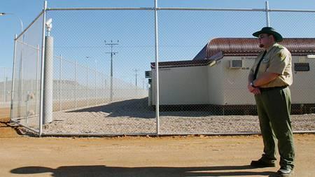 Wer in Australien als Bereicherer angeschwemmt wird, endet im Asylanten-KZ. Die Australier verlangten nach wirksamer Abschreckung, um in Frieden leben zu können. Beamten ist es auch erlaubt, Bereicherer todzuprügeln, wenn dadurch die Ordnung wieder hergestellt werden kann.