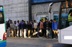 Migranten besteigen die Busse, die sie zu den Aufnahmeeinrichtungen bringen (Bild: Beshad Miller)
