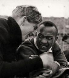 http://2.bp.blogspot.com/-0R6WmhzjEZA/T9j4ZVB82mI/AAAAAAAAAfk/QSolySZwE3o/s320/Long+y+Owens+hicieron+una+amistad+a+prueba+de+nazis.jpg