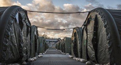 Dänisches Flüchtlingslager, außerhalb der Städte, kein Geld für die Reisenden und Schweinefleisch als Grundnahrung Schließlich sollen sie integriert werden, und dazu gehört Schweinefleischverzehr, das ist Teil unserer Lebensweise, in die sie doch integriert werden sollen. Ergebnis: Niemand will mehr nach Dänemark von den Flutlingen, und die dort Eingebrochenen kommen zu Selfie-Merkel in die BRD.
