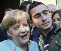 Nachdem Merkel den Auftrag zur Flutschleusen-Öffnung erhalten hatte, posierte sie für Selfies mit Terroristen und Vergewaltigern, um Millionen und Millionen aus aller Welt anzulocken.