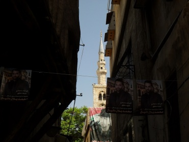 Ein Turm der Omayyaden-Mosche im Blick aus einer Seitengass