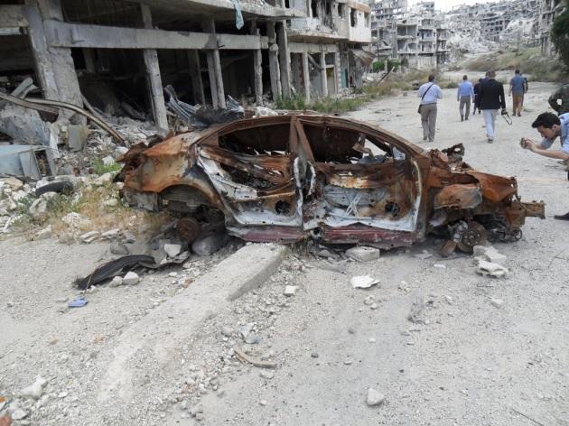 Ein explodiertes Auto zeugt von dem Terror, der hier stattfand