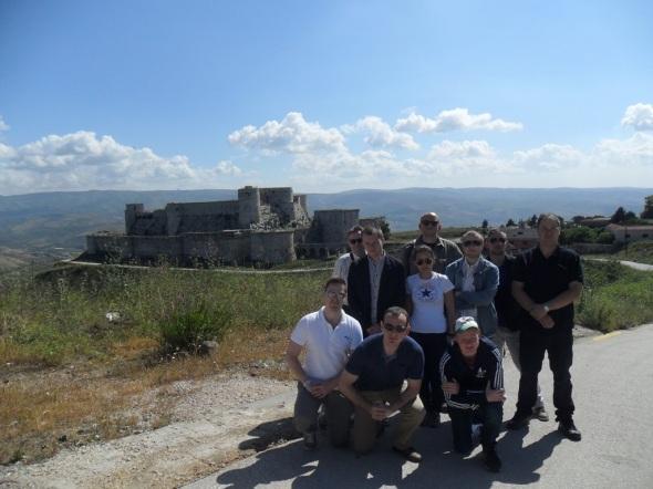 Gruppenfoto vor der Burg Krak des Chevaliers