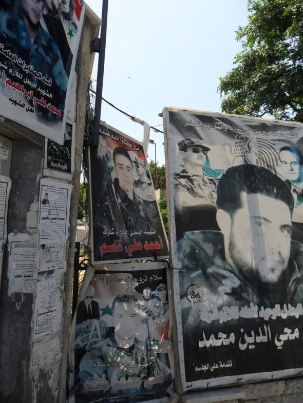 Plakate zu Ehren der zahllosen Märtyrer prägen das Stadtbild