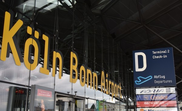 Logo Schriftzug des  Flughafen Köln Bonn am Terminal 2 D  aufgenommen am 01.07.2016 in Köln am Flughafen Köln/Bonn.  Foto: Horst Galuschka | Verwendung weltweit