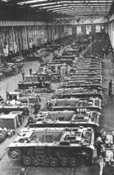 Serienbau deutscher Panzerkampfwagen in Kassel. Es fehlte vor allem an Rohstoffen.