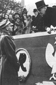 Oberbefehlshaber der polnischen Armee war Marschall Rydzsmicly (hier mit Staatspräsident Ignacy Moscicki) . Seitdem britischen Blankoscheck von März 1939 war das deutsch-polnische Verhältnis festgefahren. Im August 1939 meinte Rydzsmicly in Krakau vor einer Offiziersversammlung: »Polen will den Krieg mit Deutschland, und Deutschland wird es nicht verhindern können, selbst wenn es das wollte.«