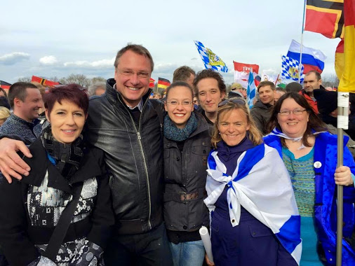 Stürzenberger posiert mit Zionisten wie Ester Seitz und Heidi Mund